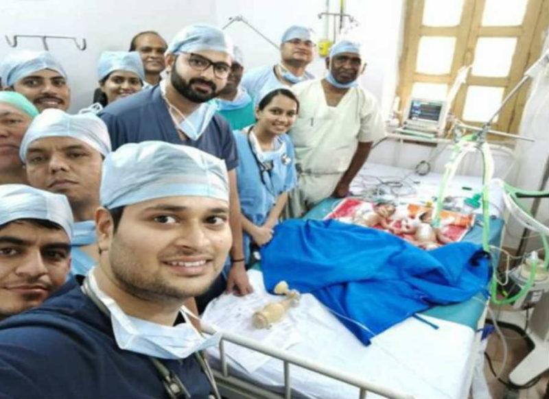 20 डॉक्टरों की टीम ने रचा इतिहास, सीेने से पेट तक जुड़ी जुड़वां बहनों का किया सफल ऑपरेशन