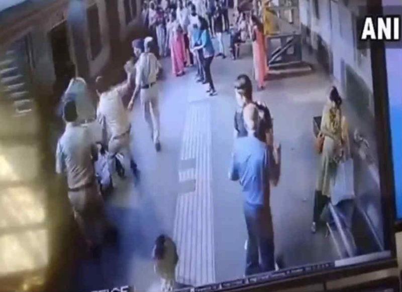 Video : चंद सेकंड की होती देरी तो ट्रेन के नीचे कटकर मर जातीं दो महिलाएं, जीआरपी की फुर्ती से बची जान