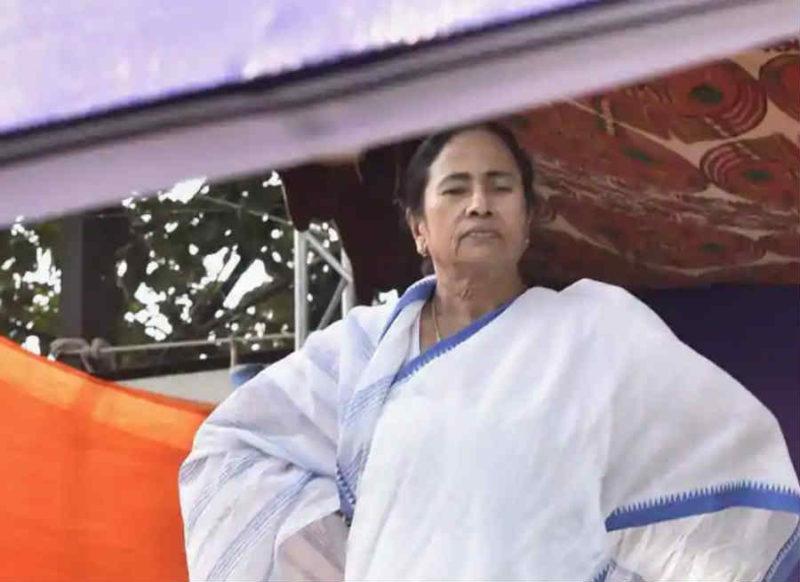 राजनीतिक दलदल में फंसी ममता के हाथ से फिसल रहा है बंगाल