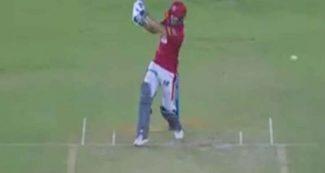दूर जा गिरा विकेट, क्लीन बोल्ड होने के बावजूद बल्लेबाज करता रहा बल्लेबाजी, वीडियो