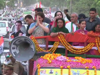चुनाव प्रचार के दौरान प्रियंका गांधी की  चाची मेनका से हुआ आमना-सामना, ऐसी थी दोनों की प्रतिक्रिया