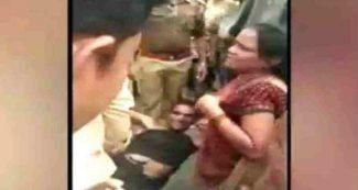 सरेआम महिला को पीटते हुए दारोगा ने कर दी हद , पुलिस की बेरहमी खतरनाक Video