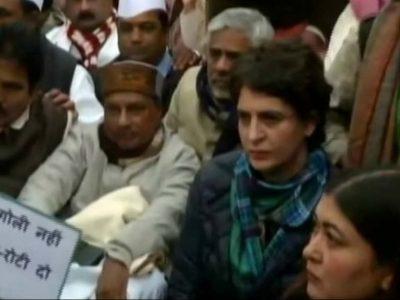धरना देने पहुंची प्रियंका गांधी, किसी का ना देख हो गई नाराज, गिरते-भागते पहुंचे कांग्रेसी नेता
