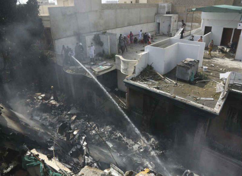 पाकिस्तान में रिहायशी इलाके में प्लेन क्रैश, क्रू समेत 107 यात्री थे सवार, पायलट के आखिरी शब्द ये थे