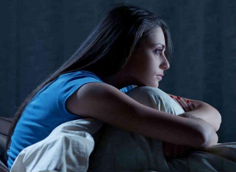 लॉकडाउन में तनाव के चलते खो गई है नींद, साउंड स्लीप के लिए ये उपाय अपनाएं
