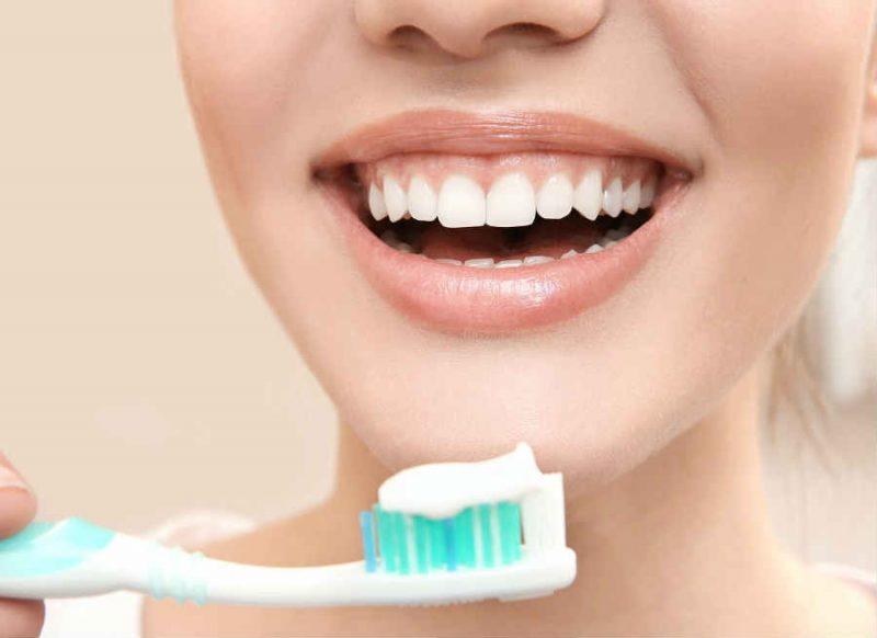 दांतों को मोतियों जैसा सफेद बनाने के कुदरती तरीके, इस तरह करें सफाई