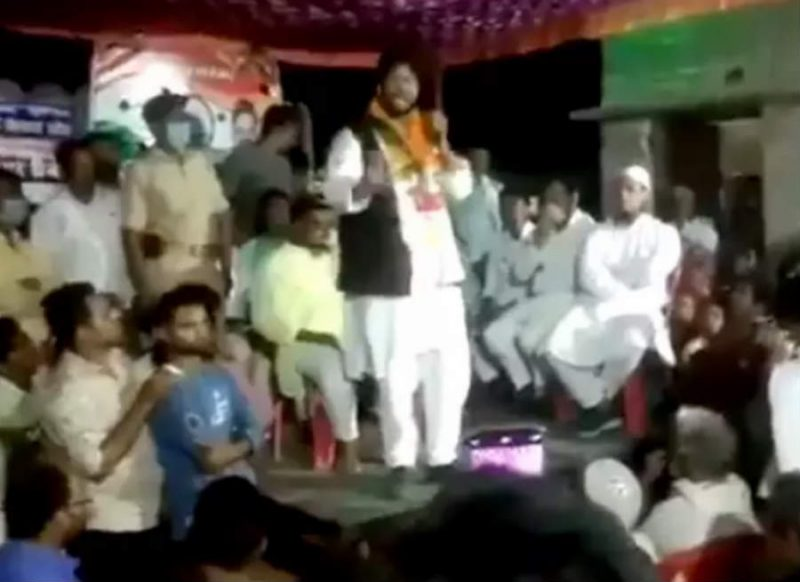 भाषण में बोल रहे थे नेताजी, जनता जानती है कब, किसे गिराना है, तभी मंच धड़ाम… वीडियो