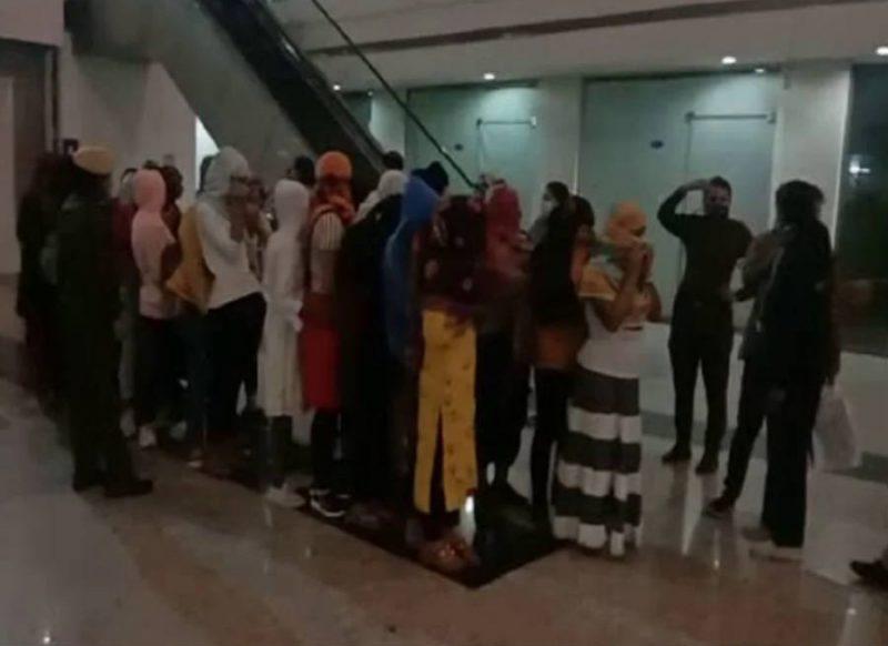 मॉल में कराया जा रहा था देह व्यापार, 25 युवतियों के साथ 17 युवक गिरफ्तार!