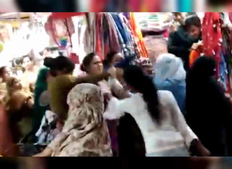 Video: आंटी कहने पर भड़की महिला, करवा चौथ की खरीददारी छोड़ बाल पकड़कर पीटा