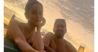 अब मालदीव पहुंची रकुल प्रीत सिंह, ऑरेंज बिकिनी में दिए पोज, ग्रीन मोनोकनी पहन समुद्र में उतरीं