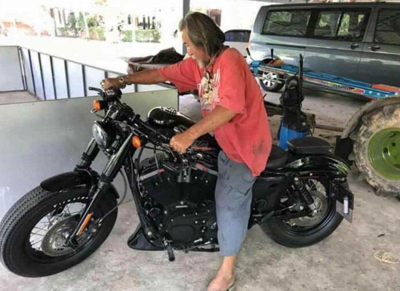 जिसे भिखारी समझा, शोरूम से धक्का देकर बाहर निकाला उसीने 12 लाख की बाइक खरीद कर किया शॉक