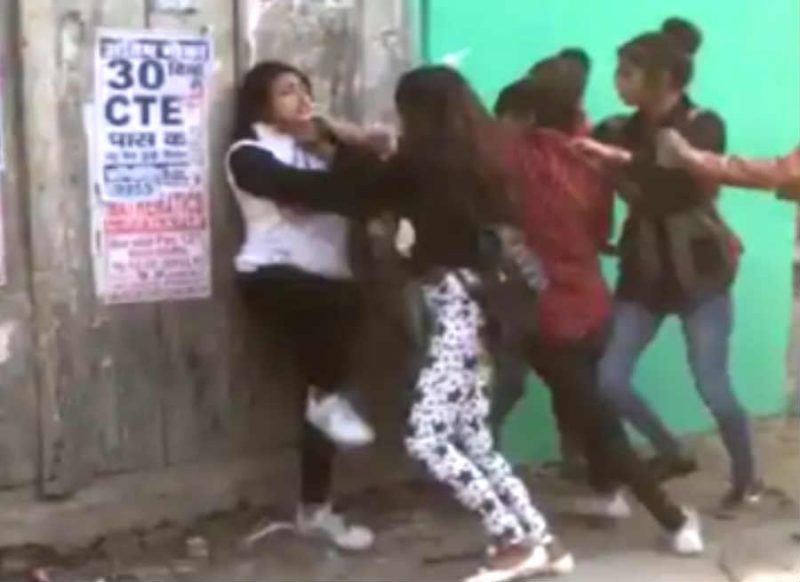 बीच सड़क पर आपस में भिड़ीं गर्ल्स गैंग, लात-घूंसो के साथ जमकर चले बेल्ट: वीडियो