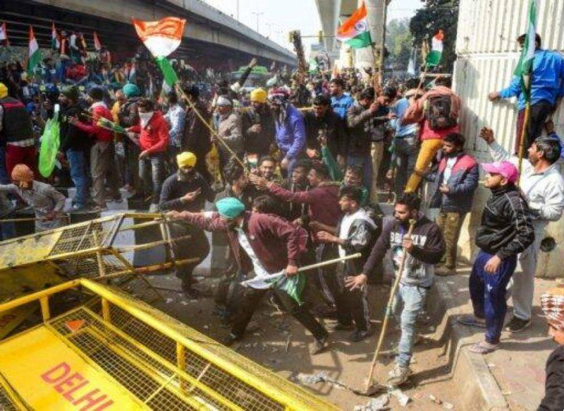 धरे रह गये किसान नेताओं के दावे! उत्पातियों ने जमकर मचाया उत्पात, पुलिस ने छोड़े आंसू गैस के गोले, वीडियो