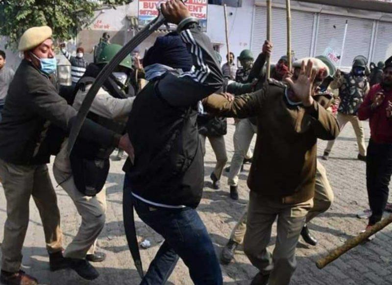सिंघू बॉर्डर पर जमकर बवाल, प्रदर्शनकारियों ने किया हमला, तलवार लगने से SHO घायल
