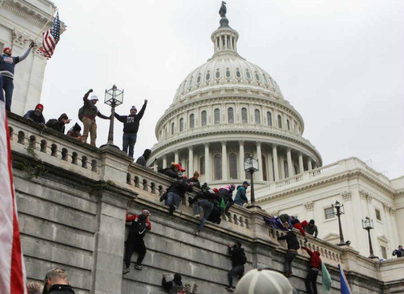 आपे से बाहर हुए ट्रंप समर्थक, अमेरिकी संसद में जमकर हिंसा, एक महिला की मौत