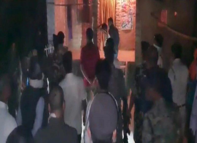 घर से आ रही थी बदबू, पड़ोसियों ने की शिकायत, दरवाजा तोड़ा तो सन्न रह गई पुलिस