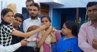 ठेले पर मिठाई बेचने वाले की बेटी बनी बिहार टॉपर, कहा- IAS बन मिटा दूंगी घर की गरीबी