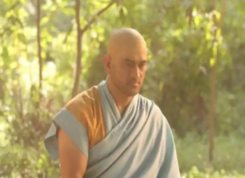 IPL 2021 से पहले बौद्ध भिक्षु बनें महेन्द्र सिंह धोनी, तेजी से वायरल हो रही तस्वीर!