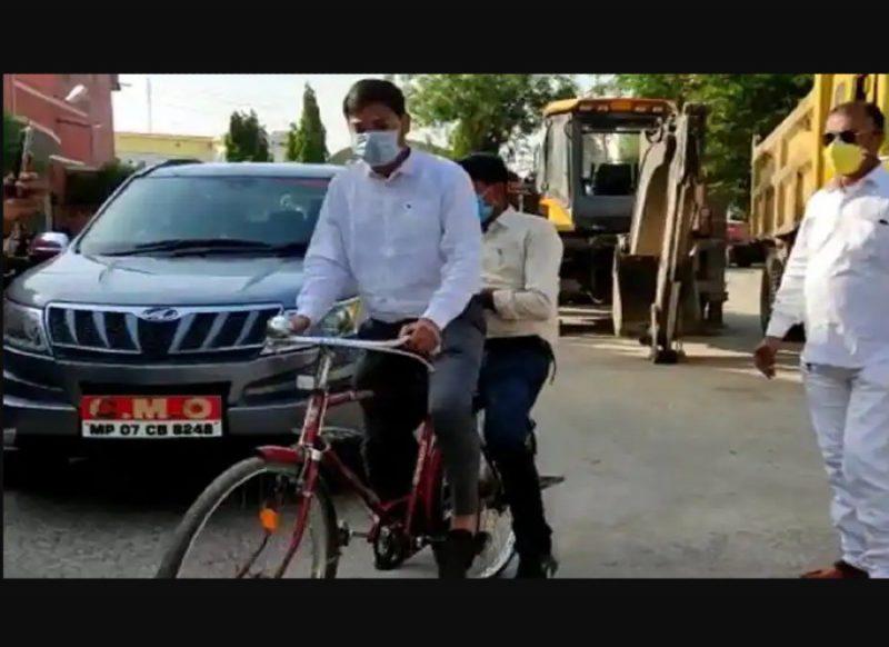 कोरोना नियमों की अनदेखी करने वाले सावधान!, साइकिल से जुर्माना काट रहा ये अधिकारी, वजह है खास!