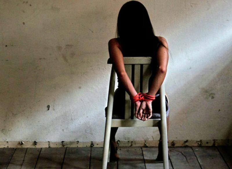 एक लड़की का बदमाशों ने किया अपहरण, मास्क हटाया तो उड़ गये होश, गलती हो गई वापस छोड़ो!