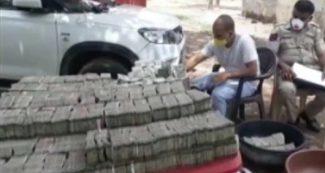 दिल्ली से गुजरात जा रहा था गाड़ी भरकर पैसे, नोट गिनने में ही हो गई सुबह से शाम